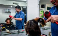 En peluquería Fama, sus propietarios, los Morales, dicen que el chisme está en todas las profesiones.