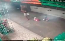 En video | Hombres armados lo atracan cuando cuidaba a un bebé en Las Trinitarias