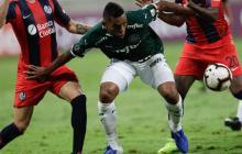 Borja peleando la pelota con jugadores de San Lorenzo.
