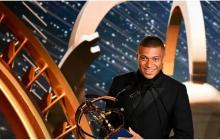 Kylian Mbappé recoge el premio que le acredita como