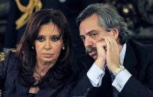 Cristina Kirchner escucha al entonces jefe de gabinete Alberto Fernández, a quien le propuso lanzarse como candidato a la Presidencia, en fórmula con ella.