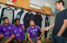 Casillas visitando a sus compañeros del Porto.