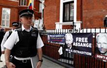 Policía británica en la embajada ecuatoriana.
