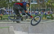 """En el """"skaterpark"""", como lo llaman los jóvenes que lo visitan, también llegan los bicicrosistas que hacen piruetas con sus bicicletas."""