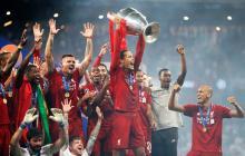 Van Dijk alzando la UEFA Champions League con el Liverpool.