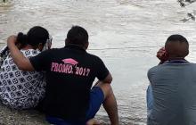 Familiares del joven wayuu a la espera de que el cuerpo sea rescatado por los organismos de socorro.
