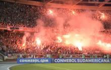 Así se iluminó la tribuna de norte del estadio Metropolitano cuando Junior saltó al terreno de juego.