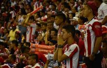 Un grupo de fanáticos en el estadio Metropolitano de Barranquilla, observan la tanda de penales. La angustia era evidente.