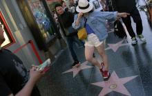 Fanáticos se reúnen en la estrella del Paseo de la fama de Michael Jackson para rendirle homenaje.