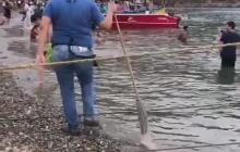 Sancionan dueña de restaurante en Taganga donde empleada lavó trapero en el mar
