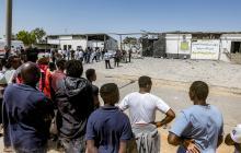 Migrantes en el centro de detención.