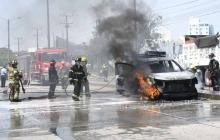 En video | Carro de contratista de Electricaribe se incendia en la vía 40