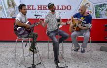 El cantante Lucas Arnau durante su presentación en EL HERALDO.