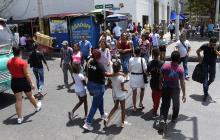Varias personas que transitan al mediodía por el sector del Paseo Bolívar en el centro de Barranquilla.