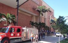 Cuerpo de Bomberos y Oficina de Gestión de Riesgo continuaron con labores de ventilación del humo que quedó en el sótano del centro comercial.