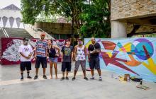 Los expositores le dan los últimos toques a sus creaciones, afuera de la Galería Plaza de la Paz.