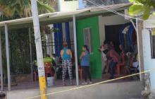 Personas y policías en el lugar donde ocurrió el asesinato en el barrio Lipaya.