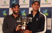 Juan Sebastián Cabal y Robert Farah con el trofeo de Wimbledon.
