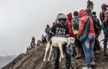 Evacúan a pobladores por lluvia de gases y cenizas tras explosión en volcán peruano