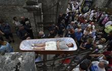 En video   Personas vivas dentro de un ataúd desfilan para desafiar la muerte en España