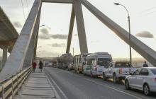 La fila de vehículos se extiende por la calzada Santa Marta-Barranquilla.