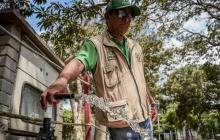 Jairo Abello, administrador del parque Tomás Suri Salcedo, extrae agua con una herramienta.