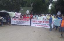 Comunidades durante su protesta en el corredor vial entre Santa Marta y Palomino.