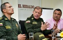 En primer plano el general Mariano Botero Coy, seguido del general Ricardo Alarcón Campos y el funcionario del Distrito Yesid Turbay.