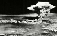 Fotografía tomada el 6 de agosto de 1945 por el Ejército de los EE. UU y  publicada en el Museo Memorial de la Paz de Hiroshima donde se ve el momento de la detonación.