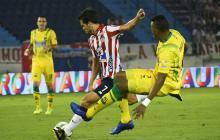 Sebastián Hernández intenta un remate ante la marca de un defensor del Bucaramanga.