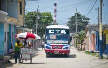Una ruta de bus de CTA pasa por una de las calles del barrio 1° de mayo, en Soledad.