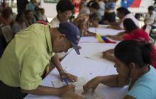 La gente firma un documento en apoyo del gobierno venezolano después de que Estados Unidos impuso sanciones a Venezuela.