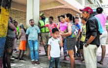 Padres de familia de un colegio en el barrio Montes esperan la finalización de la jornada de sus hijos.