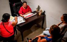 Claudia (izq.) junto a la juez Donado, la propietaria y Adriana en el despacho.
