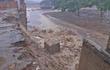 Debido a las lluvias del sábado pasado se desplomó parte del muro de la unidad.