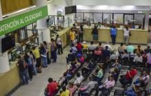 Un grupo de usuarios esperan para realizar sus trámites tributarios en la Alcaldía de Barranquilla.