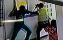 En video | Hombre con problemas siquiátricos intentó agredir a agentes de la Policía