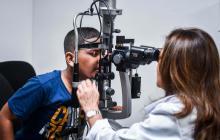 Esteban durante la revisión oftalmológica.