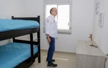 El gobernador Verano en  una visita a una vivienda.