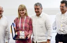 Marcela Carvajalino recibió el reconocimiento para Procaps de manos del presidente Iván Duque.