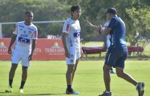 El asistente Roberto Peñaloza, que hoy estará a cargo del equipo en el banco técnico, tras la suspensión de Comesaña, le da indicaciones a Yohandry y Matías en la práctica.