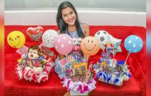 Juliana Mosquera junto a los tres regalos para Amor y Amistad.