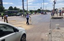En video | Derrame de aceite en Vía 40 provoca accidentes