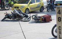 Motociclistas protagonizan triple choque en la carrera 8