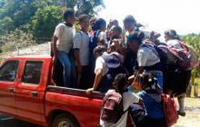 Estudiantes de La Guajira suben a una camioneta.