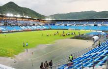 Una tremenda laguna se formó en una parte de la cancha del estadio Sierra Nevada de Santa Marta