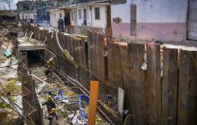 Varios obreros trabajan en uno de tres tramos que faltan de la obra.