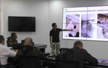 Carlos Sarabia muestra los daños causados a las redes del sistema de alumbrado público.