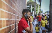 Una persona habla por su celular.