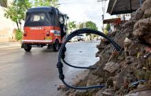 Las mangueras de la tubería incluso obstruyen parte de los carriles de la calle.